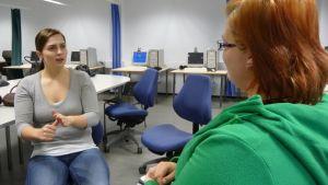 Viittomakielen tulkiksi opiskelevat oppitunnilla Kuopiossa.