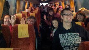 Kuvassa raudaskyläläisiä bussissa.
