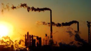 Kemian tehtaan savupiippuja.