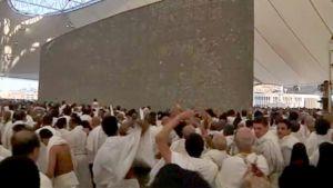 Sadat tuhannet muslimipyhiinvaeltajat kivittävät paholaista symbolisoivaa kivipylvästä Minan kaupungissa.
