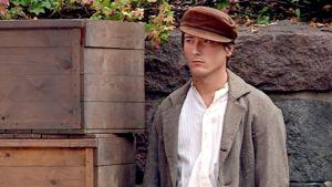 Pääosan esittäjä, näyttelijä Andreas af Enehielm odottaa kuvauksen alkua.