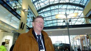 Jukka Huiskonen seisoo paikalla, josta Mikkelin bussit lähtivät aiemmin bussit eri puolilla maata ja maakuntaa.