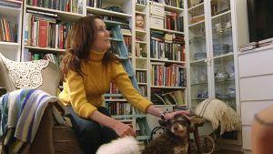 Nainen koiriensa kanssa.