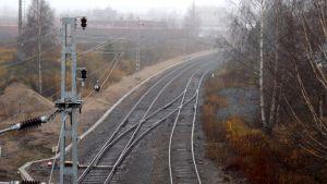 Kuva raiteilta teollisuusaluetta kohti keskustasta.
