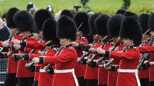 Kuninkaallisen henkivartiokaartin sotilaita paraatissa.