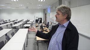 Professori Kari Mattila esitelee Tampereen yliopiston opetustilaa.