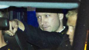 Anders Behring Breivik saapumassa oikeudenkäyntiinsä 19. elokuuta 2011.