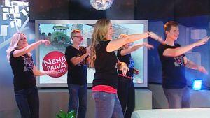 Aamu-tv:n juontajat tanssivat Macarenaa studiossa.