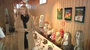 Kuvassa museotoimenjohtaja Kristiina Ahmas esittelee ITE-näyttelyä.