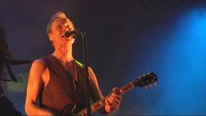 Ismo Alanko laulaa Sielun Veljet -yhtyeen konsertissa.