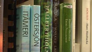 Kaksikielisten kuntien kirjastot joutuvat pohtimaan hankintansa tarkkaan. Tarjontaa on oltava riittävästi kummallekin kieliryhmälle