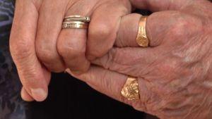 Kädet yhdessä.