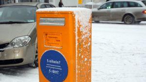 Itellan postilaatikko lumisena.