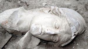 Sotataitoa, tietoa ja viisautta ilmentävän jumalatar-patsaan Athenen pää Heraklionissa, Kreikan saarella. Athenea pidetään myös valtioelämän ja erityisesti juuri Ateenan vaalijana.