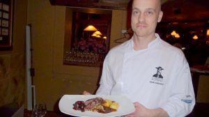 Mies ja ravintolan ruoka-annos
