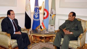 Kamal al-Ganzouri (vas.) tapaamassa Egyptin armeijan kenttämarsalkkaa ja valtaa pitävän sotilasneuvoston johtajaa Hussein Tantawia.