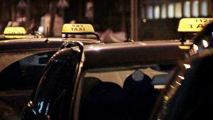 Taksiautoja jonossa taksitolpalla Helsingissä.