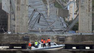 Moottorivene romahtaneen sillan edustalla.