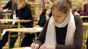 Ylioppilaskokelaat istuvat kirjoitussalissa