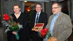 Sensiren business controller Riikka Petsalo ja toimitusjohtaja Jukkapekka Asikainen sekä Rösch Oy:n toimitusjohtaja Henry Rösch.