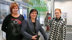 Merja Miettinen, Lapin taiteilijaseura. Kauppakeskuspäällikkö Ritva Räsänen ja joulukalenterin koordinaattori Nina Haukkovaara.
