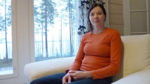 Maija Pasanen ja hänen miehensä viihtyvät Suomussalmella. Maija hoitaa tällä hetkellä pariskunnan pientä tyttöä.