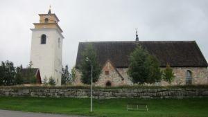 Luulajan vanhan kaupungin kellotapuli ja kirkko syksyllä 2011.