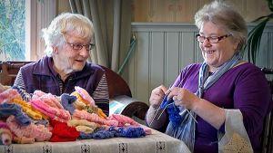 Mummoja kutomassa sukkia