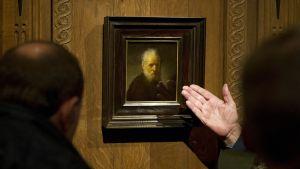 Aidoksi Rembrandtin maalaukseksi julistettua Parrakasta miestä esitellään Amsterdamin Rembrandt-museossa.