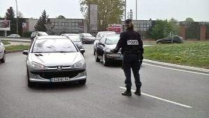 Poliisi pysäyttää auton tiellä.