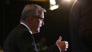 EU-komission varapuheenjohtaja ja talouskomissaari Olli Rehn puhuu toimittajille lehdistötilaisuudessa.