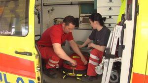 Ensihoitohenkilöt työskentelemässä ambulanssissa