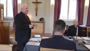 Kuopion piispa Wille Riekkinen johtaa tuomiokapitulin kokousta