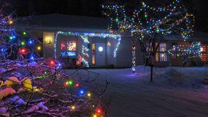 Värikkäitä jouluvaloja pihan täydeltä.