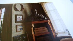 Kulmahylly sijaitsee Ainolan salongissa, rintapatsas on yhä sen päällä. Kuva on teoksesta Suomalaisten mestareiden huonekalut (Kallio/Nevanluoma)