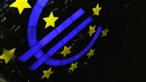 Heijastuma Euro-monumentista Euroopan keskuspankin, ECB:n, edustalla Frankfurtissa, Saksassa 7. joulukuuta 2011.