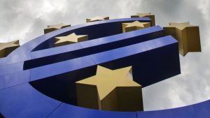 Euromerkki tähtineen Frankfurtissa Saksassa Euroopan keskuspankin edessä.