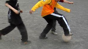 KuPSin junioreita jalkapalloharjoituksissa.