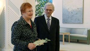 Tarja Halonen ja Pentti Arajärvi vastaanottivat  keraamisen jouluhauen.