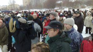 Kumpulan joukkoliikennekadun mielenosoituksen väkijoukkoa vuoden 2009 maaliskuussa .