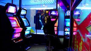 Tumma hahmo pelaa rahapeliä.