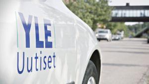 Kuvassa YLE Uutiset -auto.