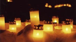 hautakynttilät loistavat pimeässä