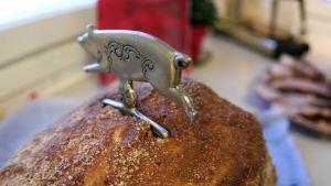 Sinappikuorrutettu joulukinkku pöydällä valmiina syötäväksi.