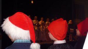 Enkelten kuoro ja ekaluokkalaiset tontut Kemin Kivikon koulun joulujuhlassa.