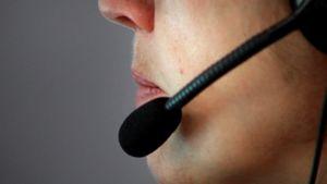 Kuvassa on puhelinneuvoja handsfree-kuuloke korvallaan.