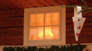 Kynttelikkö ikkunassa.