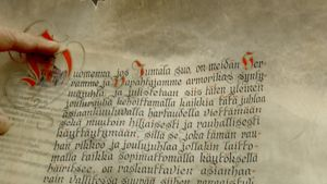 Joulurauhan julistus luetaan pergamentilta.
