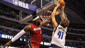LeBron James (vas.) ja Dirk Nowitzki.