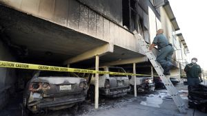 Autokatoksessa on palanut useampia autoja. Niiden yläpuolella oleva asunto on vaurioitunut ainakin ulkosivun osalta.